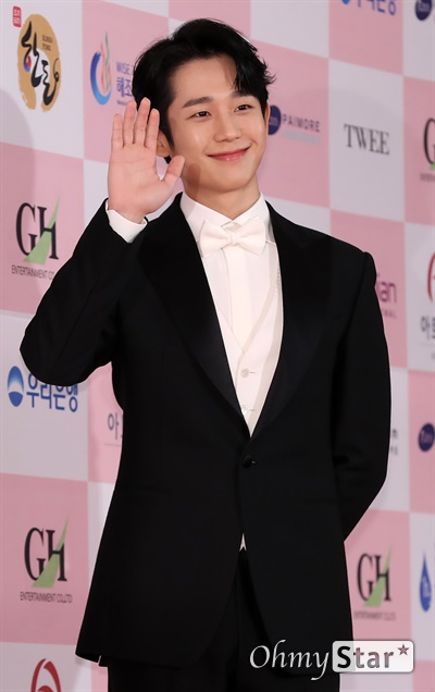 '대종상' 정해인, 여심흔드는 미소 정해인 배우가 3일 오후 서울 광진구의 한 호텔에서 열린 제56회 대종상영화제 시상식 레드카펫에 참석하고 있다.