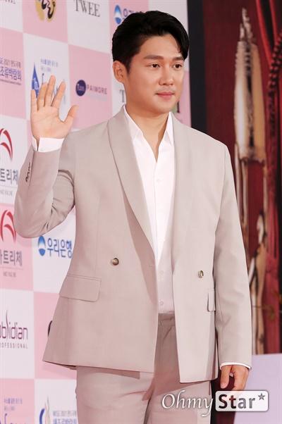 '대종상' 송창의, 늠름한 인사 송창의 배우가 3일 오후 서울 광진구의 한 호텔에서 열린 제56회 대종상영화제 시상식 레드카펫에 참석하고 있다.