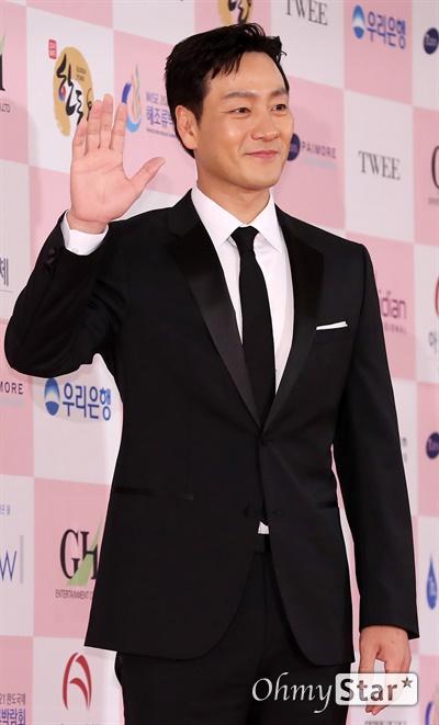 '대종상' 박해수, 젠틀한 인사 박해수 배우가 3일 오후 서울 광진구의 한 호텔에서 열린 제56회 대종상영화제 시상식 레드카펫에 참석하고 있다.