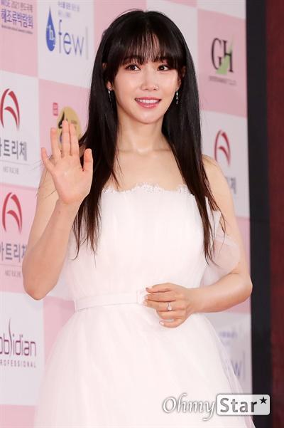 '대종상' 이유리, 인간비타민 이유리 배우가 3일 오후 서울 광진구의 한 호텔에서 열린 제56회 대종상영화제 시상식 레드카펫에 참석하고 있다.