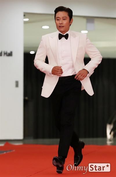 '대종상' 이병헌, 너무 씩씩한 입장 이병헌 배우가 3일 오후 서울 광진구의 한 호텔에서 열린 제56회 대종상영화제 시상식 레드카펫에 참석하고 있다.