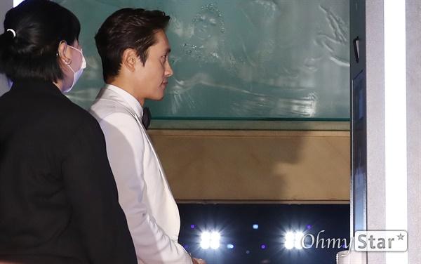 '대종상' 이병헌, 발열체크는 누구나 이병헌 배우가 3일 오후 서울 광진구의 한 호텔에서 열린 제56회 대종상영화제 시상식 레드카펫에서 발열체크를 하고 있다.