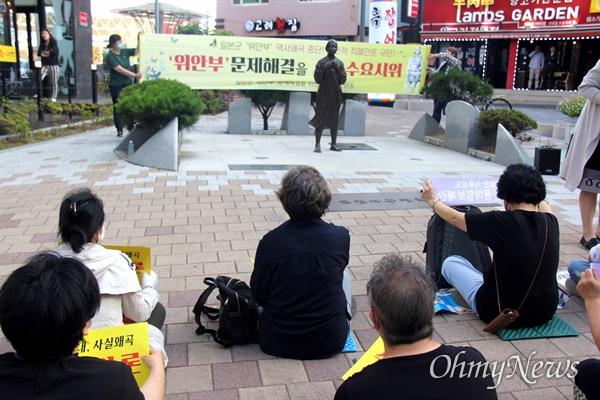 """일본군 '위안부' 문제 해결을 위한 경남시민행동은 3일 저녁 창원마산 오동동에 있는 인권자주평화다짐비 앞에서 """"일본군 위안부 문제 해결을 위한 수요집회""""를 열었다."""