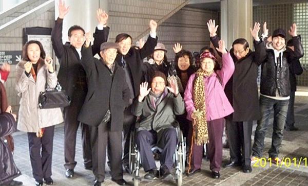 2011년 재심 승소 판결 직후 기뻐하는 전력당 사건 유가족