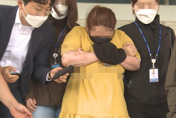 의붓아들을 여행용 가방에 가둬 심정지 상태에 이르게 한 의붓어머니가 3일 영장 실질심사를 위해 대전지방법원 천안지원으로 들어서고 있다. 2020.6.3