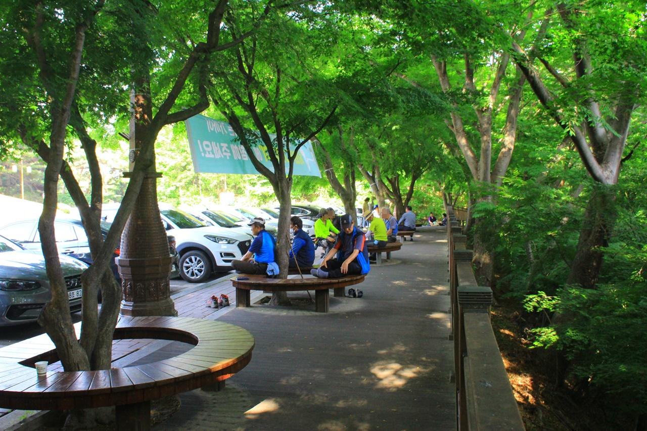 올해 첫 폭염특보가 발령된 가운데 경주 김유신장군묘 주차장 쉼터에 더위를 피해 모인 시민들 모습