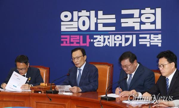 더불어민주당 이해찬 대표가 5일 오전 서울 여의도 국회에서 최고위원회의를 주재하고 있다.