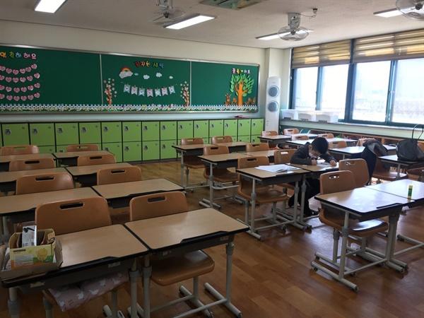 교실 책상에 앉은 손자의 모습