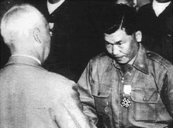 김창룡 특무대장이 이승만 대통령으로부터 훈장을 수여받고 있다.