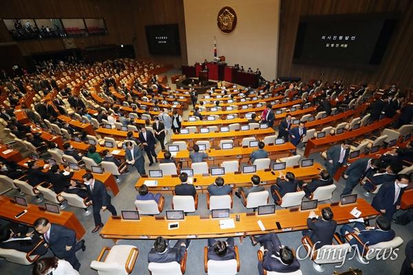 퇴장하는 미래통합당 의원들 5일 서울 여의도 국회 본회의장에서 열린 제21대 국회 첫 본회의 도중 미래통합당 의원들이 퇴장하고 있다.