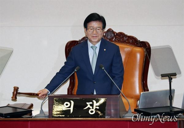 의사봉 두드리는 박병석 국회의장   5일 서울 여의도 국회에서 열린 제21대 국회 첫 본회의에서 박병석 국회의장이 의사봉을 두드리고 있다.