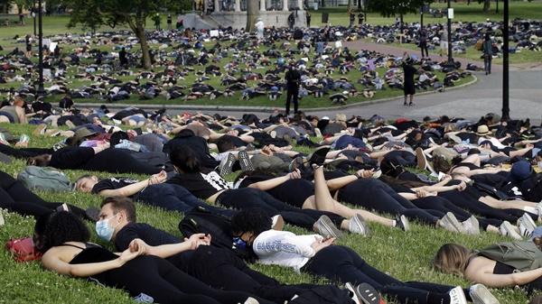 체포당하는 자세로 '흑인 사망' 항의하는 미국 시위대 3일(현지시간) 미국 매사추세츠 주 보스턴의 코먼 공원에서 시위대 수백명이 '흑인 사망' 당사자인 조지 플로이드의 경찰 체포 당시 자세를 취하며 항의 시위를 벌이고 있다.