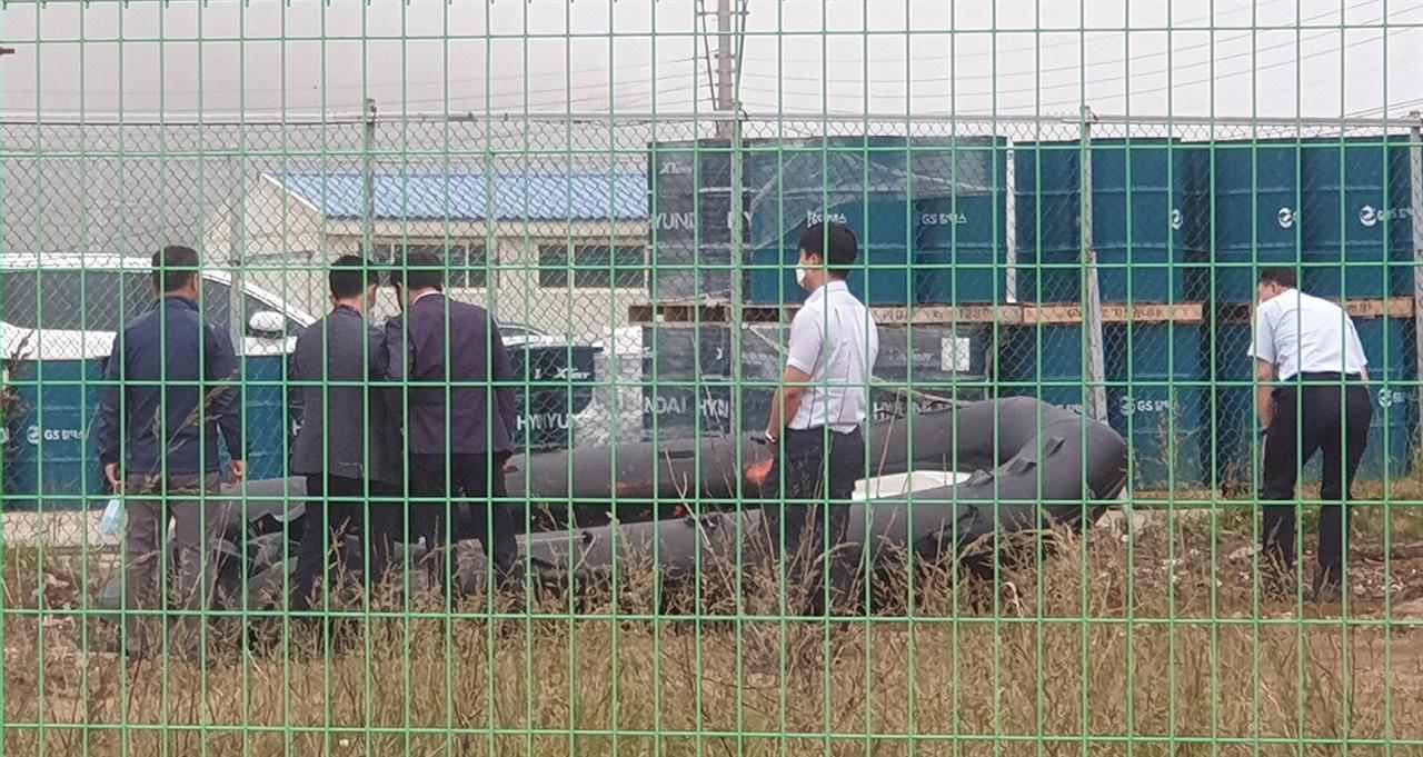 4일 오후 군.경 합동 조사단이 주민의 신고로 발견된 밀입국 보트에 대한 조사를 펼치고 있다.