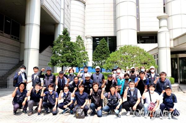 한국지엠 창원, 부평, 군산공장의 비정규직들이 6월 5일 서울고등법원에서 '불법파견' 선고를 받은 뒤 함께 투쟁을 외치고 있다.