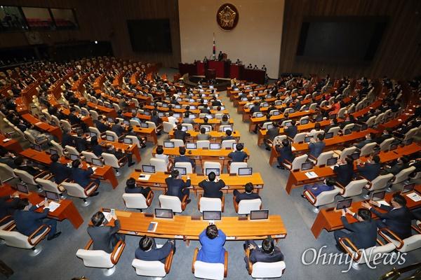 제21대 국회 첫 본회의가 5일 서울 여의도 국회 본회의장에서 열리고 있다.