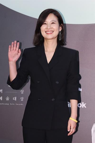 '백상' 이지현, 맑은 인사 이지현 배우가 5일 오후 열린 제56회 백상예술대상 레드카펫에서 포즈를 취하고 있다.