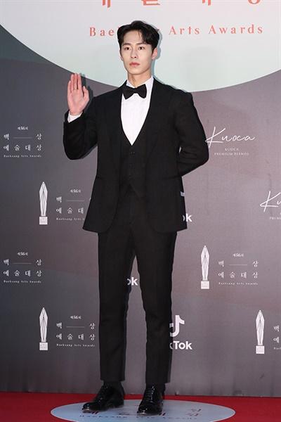 '백상' 이재욱, 듬직한 포스 이재욱 배우가 5일 오후 열린 제56회 백상예술대상 레드카펫에서 포즈를 취하고 있다.