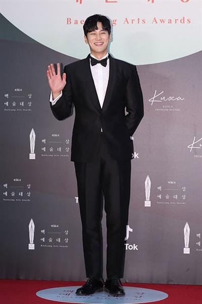 '백상' 안보현, 듬직한 미소 안보현 배우가 5일 오후 열린 제56회 백상예술대상 레드카펫에서 포즈를 취하고 있다.