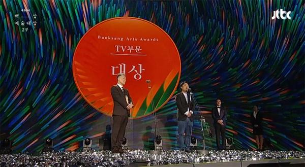 지난 5일 열린 제56회 백상예술대상 시상식.  TV 부문 대상은 KBS 드라마 '동백꽃 필 무렵'이 차지했다.