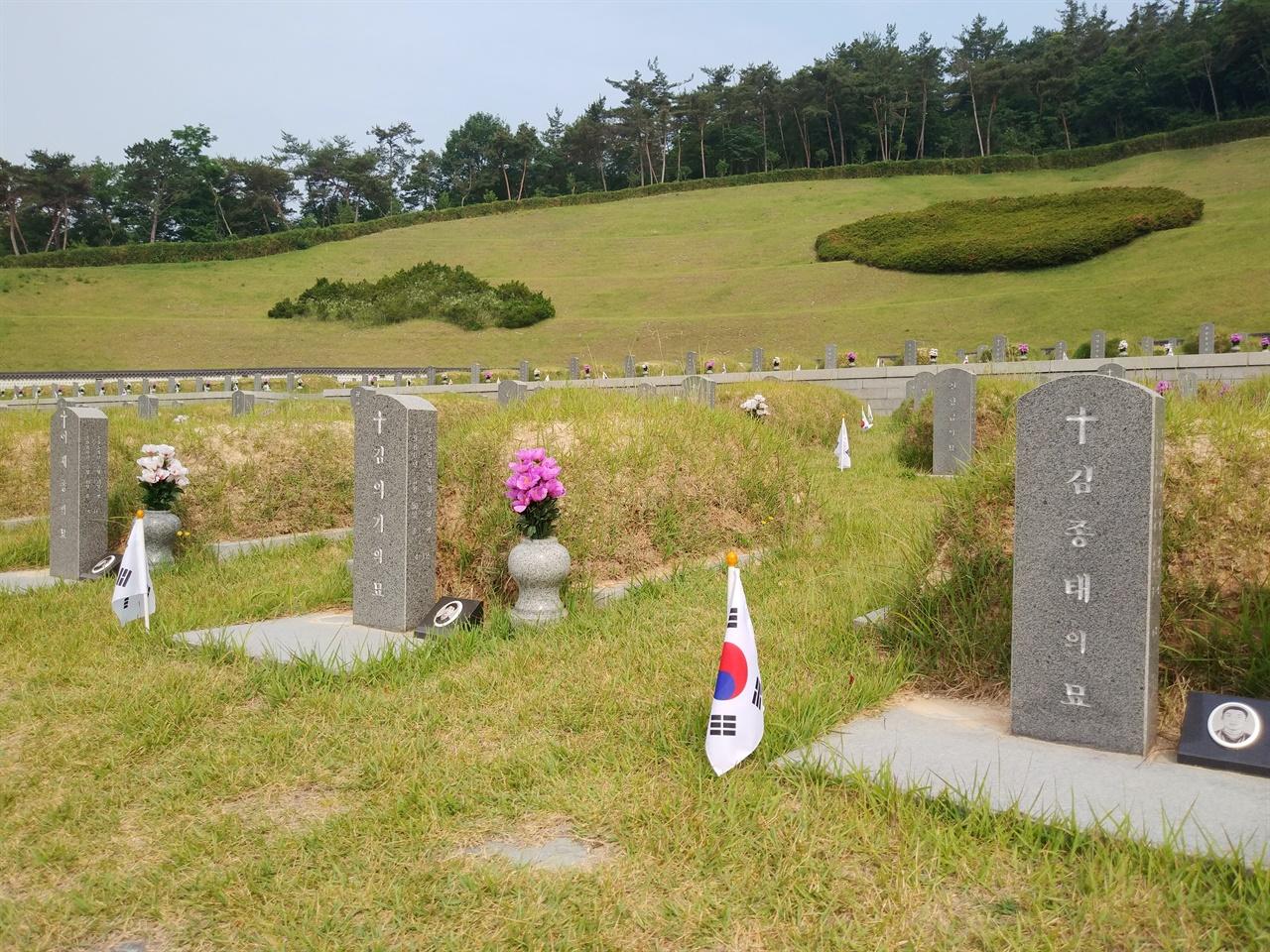 나란히 잠든 김종태 열사와 김의기 열사의 묘 김의기 열사 묘소 왼편에는 5.18 당시 최초의 희생자로 알려진 전북대학생 이세종 열사가 잠들어 있다. 국립 5.18 민주묘지에 가거든, 이 세 청년의 묘소를 찾아 참배하길 권한다.