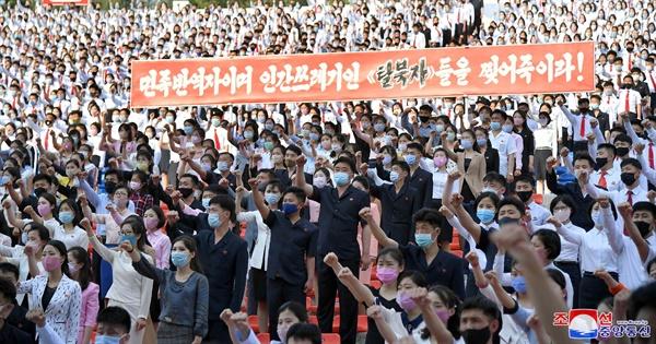 북한 청년들이 탈북자들의 대북전단 살포를 절대 용납할 수 없다고 성토하는 군중 집회를 열었다고 조선중앙통신이 지난 6일 보도했다. 사진은 이날 평양시 청년공원야외극장에 모인 북한 학생들이 마스크를 쓴 채로 군중 집회를 하는 모습.