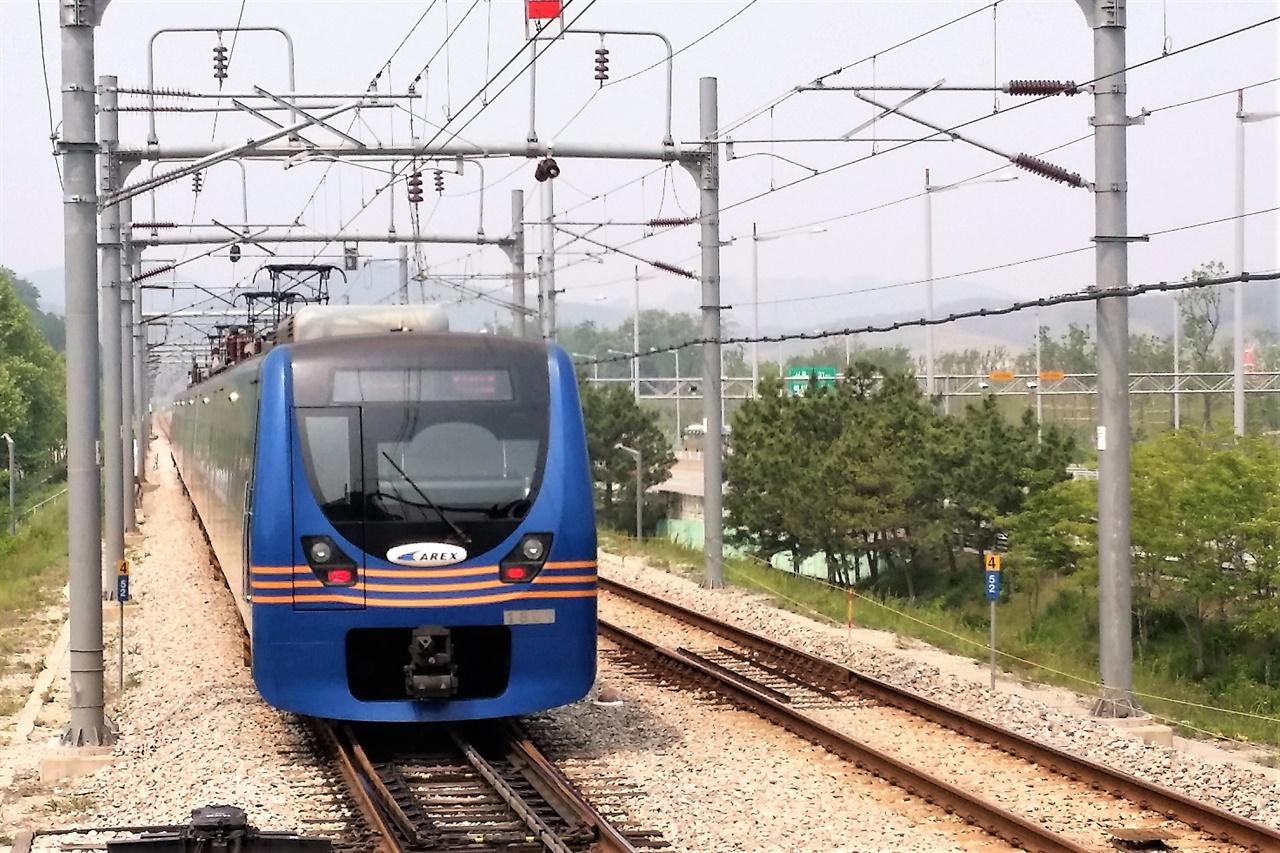 인천국제공항철도 직통열차의 모습. 직통열차가 임시열차로 운행되어 시민들에게 선물을 안겼다.