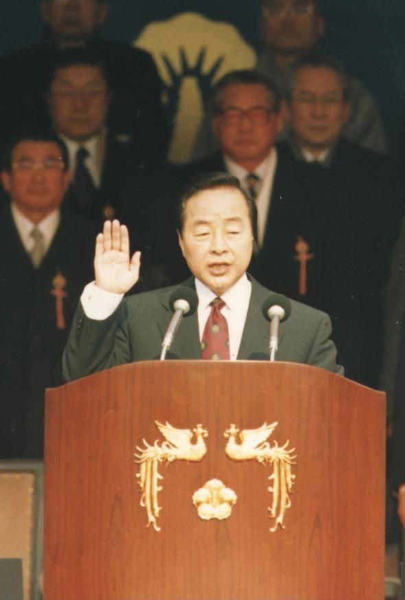 제14대 김영삼 대통령이 취임선서를 하고 있다(1993. 2. 25.).