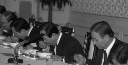 김영삼 대통령이 청와대에서 칼국수를 들고 있다.