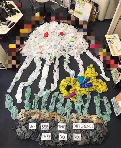 막내 학교 학생들이 모은 1324개의 비닐봉투로 만든 해파리.