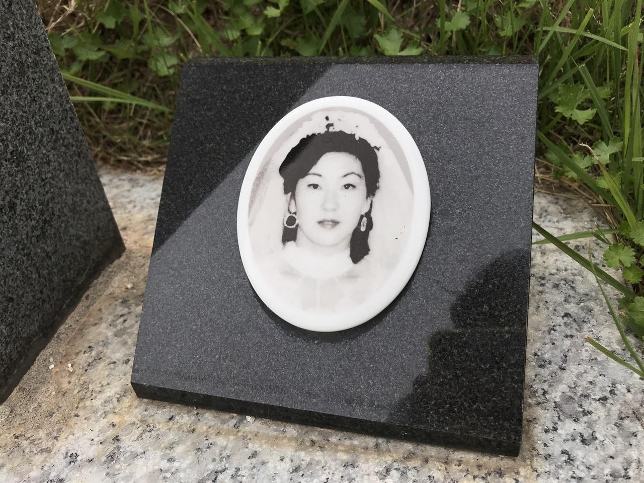 오월의 신부 최미애 씨는 5월 21일 전남대 부근에서 계엄군이 쏜 총에 머리를 맞아 숨졌다. 남편을 기다리던 그녀는 당시 임신 8개월이었다. 그녀가 총을 맞은 후 꿈틀대던 태아도 살리지 못했다. 망월동 구 묘역에 있던 그녀의 무덤은 국립 5.18민주묘역이 조성되면서 옮겨 왔다. 묘지 번호는 1-60이다.