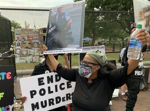 백악관 앞 흑인사망 항의 시위 지난 6일(현지시간) 오후 백인 경찰의 무릎에 목이 짓눌려 흑인 남성 조지 플로이드가 사망한 사건에 항의하는 시위대가 백악관 앞에 설치된 철조망을 등지고 시위를 벌이고 있다.