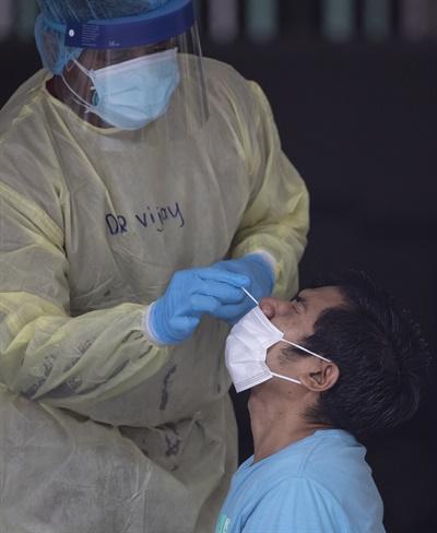 싱가포르 이주노동자 코로나19 검체 채취하는 의료진