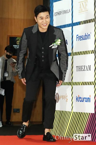 김종민, 노련한 엔터테이너 7일 오후 서울 중구의 한 호텔에서 열린 한국소비자포럼 주최 <2020 브랜드 고객충성도 대상> 시상식 포토월에서 엔터테이너 부문 김종민이 참석하고 있다.