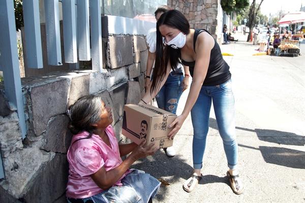 지난 4월 16일 멕시코 과달라하라 거리에서 엘 차포(El Chapo)의 이미지가 새겨진 선물 박스가 거리의 노인에게 전달되고 있다. 엘 차포는 멕시코의 유명한 마약 카르텔을 이끄는 사람이다.