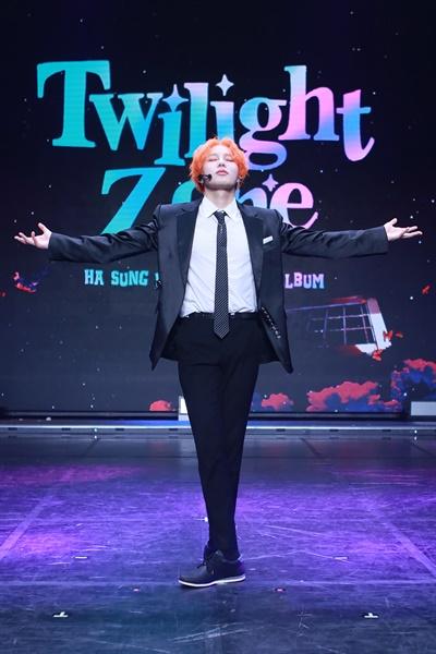 가수 하성운이 미니3집 앨범 < Twilight Zone >을 발표하고 컴백했다. 새 앨범 쇼케이스가 8일 오후 온라인으로 진행됐다.