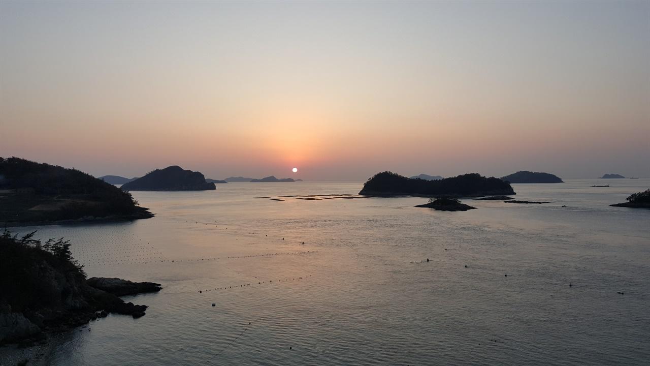 노을 진도 해변에서 찍은 노을이다. 해가 넘어가는 노을 풍경이 아름답다. 삶도 이렇게 노을처럼 아름다운 노년을 보내고 싶다. 해돋이만 아름다운게 아니라 해넘이도 아름답다