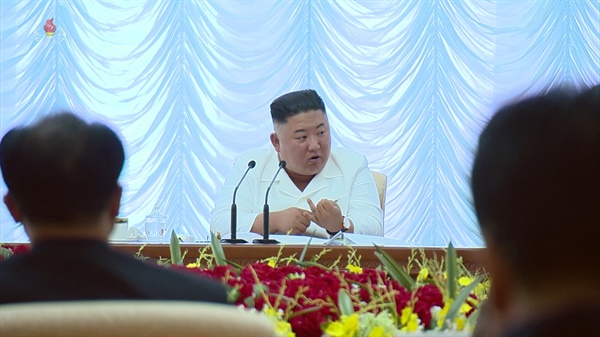 북한은 지난 7일 김정은 국무위원장 주재로 노동당 중앙위원회 제7기 제13차 정치국 회의를 열었다고 8일 조선중앙TV가 보도했다. 김 위원장이 손가락을 꼽아가며 발언하고 있다.
