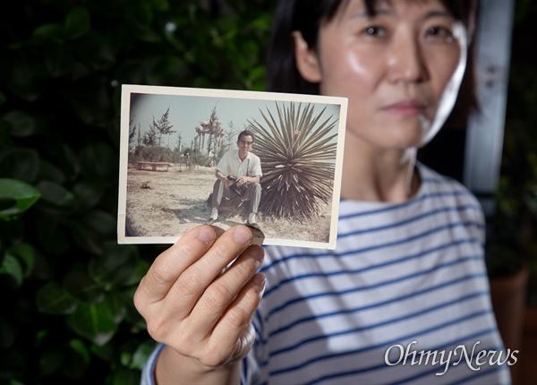 월남한 아버지의 이야기를 다룬 다큐멘터리 영화 <아버지의 이메일> 연출자 월남민 2세 홍재희 감독이 아버지의 과거 사진을 들고 있다.