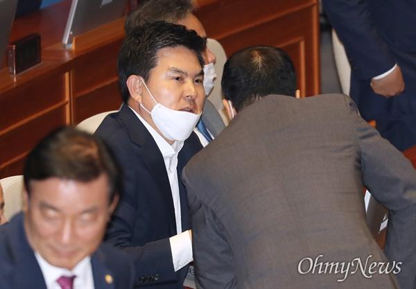 무소속 김태호 의원이 8일 오후 서울 여의도 국회 본회의장에서 의원들과 대화하고 있다.