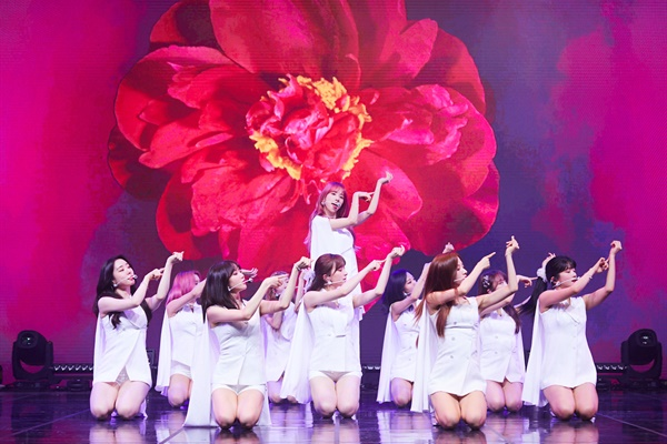 우주소녀가 새로운 미니앨범 < Neverland(네버랜드) > 발매 기념 온라인 쇼케이스를 열었다.