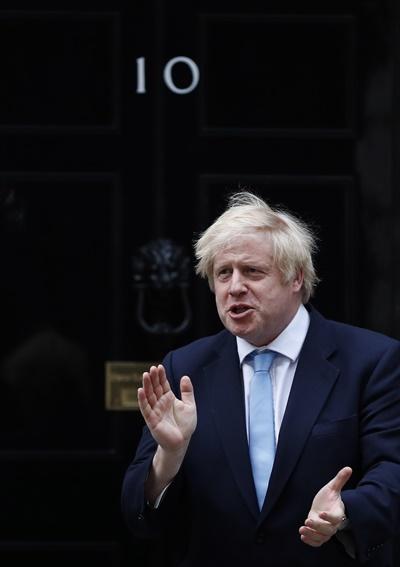 보리스 존슨 영국 총리가 지난 5월 22일 총리 관저가 있는 다우닝가 10번지를 나서는 모습.