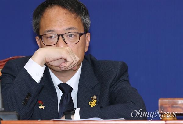 더불어민주당 박주민 최고위원이 10일 오전 서울 여의도 국회에서 열린 최고위원회의에 참석하고 있다.