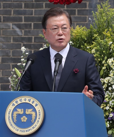 문재인 대통령이 10일 오전 서울 용산구 민주인권기념관에서 열린 6.10 민주항쟁 기념식에서 기념사를 하고 있다.