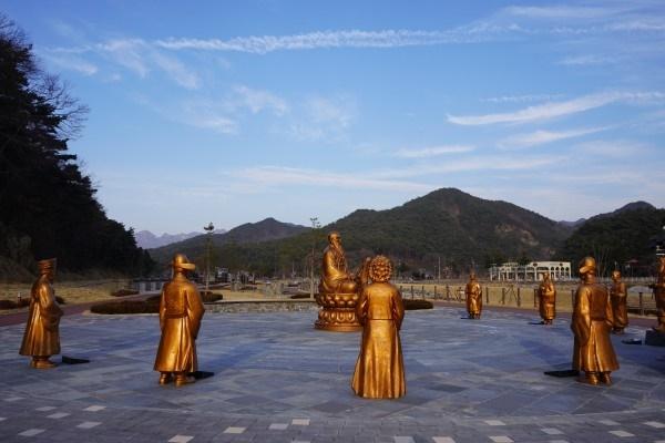 '역사왜곡' '예상낭비' 논란에 휩싸여 감사원으로부터 공익감사를 받은 충남 보은군 훈민정음마당(현 정이품송공원) 동상