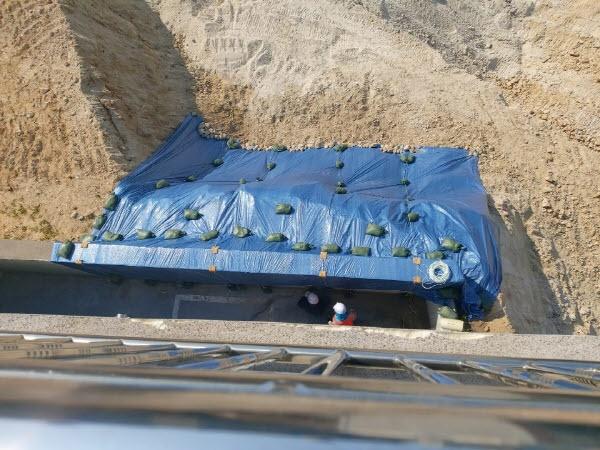 울산 동구 남목원룸 안에서 내다본 건물 주변. 주민들은 당초 설명회를 믿고 생업에 종사했는데 어느 날 보니 언덕이 깎여 있었다며 호소하고 있다