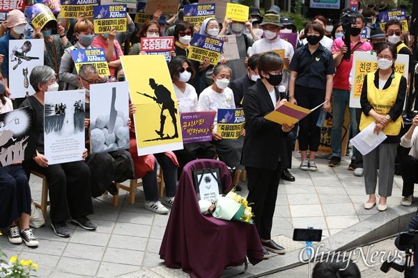 10일 오후 서울 종로구 일본대사관앞에서 '제1443차 일본군성노예 문제해결을 위한 수요시위'가 정의기억연대 주최로 열렸다. 정의기억연대 이나영 이사장이 평와의 우리집 고 손영미 소장을 추모하고 있다.