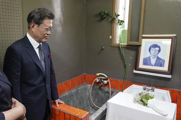 문재인 대통령이 10일 오전 서울 용산구 민주인권기념관에서 열린 제33주년 6.10 민주항쟁 기념식을 마친 후 509호 조사실을 둘러보고 있다.