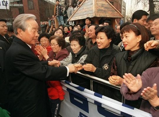 퇴임 후 지지자들의 환호를 받고 있는 김영삼.
