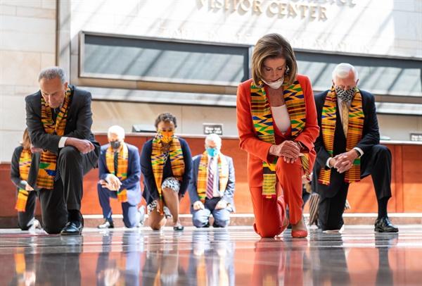 의사당서 8분46초 무릎꿇은 미국 민주당 의원들 낸시 펠로시 하원의장(가운데)를 포함한 미국 민주당 지도부와 의원들이 8일(현지시간) 의사당의 이맨시페이션(노예해방) 홀 바닥에 무릎을 꿇고 흑인 남성 조지 플로이드를 추모하는 묵념을 올리고 있다.