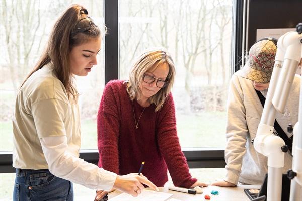 초중등학교 크로고르스콜렌 Krogardsskolen의 과학 시간. 헬레 호우키에르(Helle Houkjær) 선생님이 아이들과 함께 수업을 하고 있다.